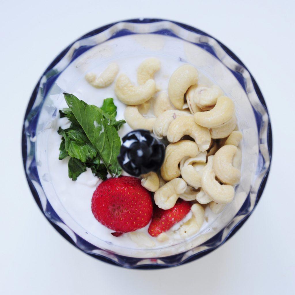 Mini Vegan Strawberry Cheesecake Recipe with cashews and coconut cream - Vegan Family Recipes #dessert #glutenfree #paleo