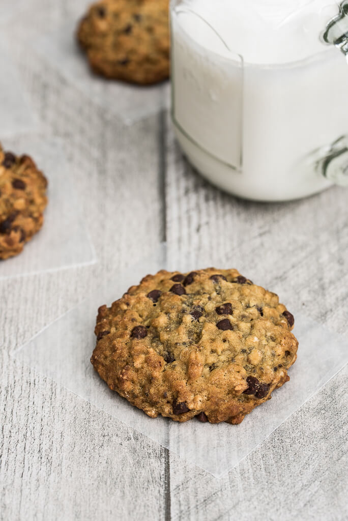 Vegan Chocolate Chip Oatmeal Cookies Recipe /// VeganFamilyRecipes.com /// #dessert #sweets
