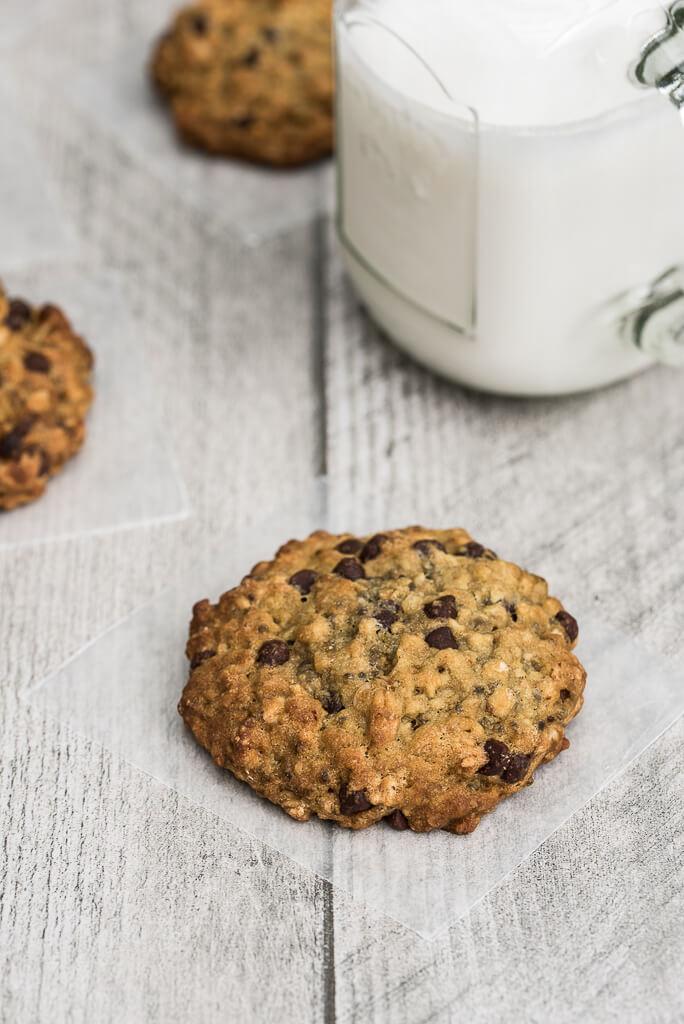 Vegan Chocolate Chip Oatmeal Cookies Recipe /// VeganFamilyRecipes.com /// #dessert #sweets