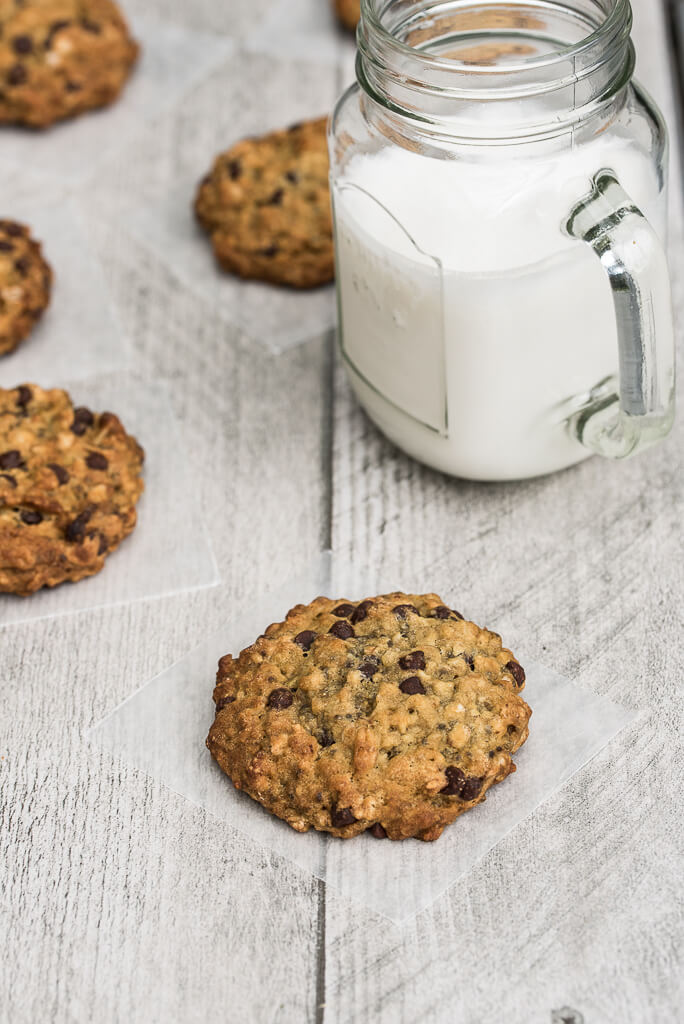 Vegan Chocolate Chip Oatmeal Cookies Recipe /// VeganFamilyRecipes.com /// #dessert #chocolate