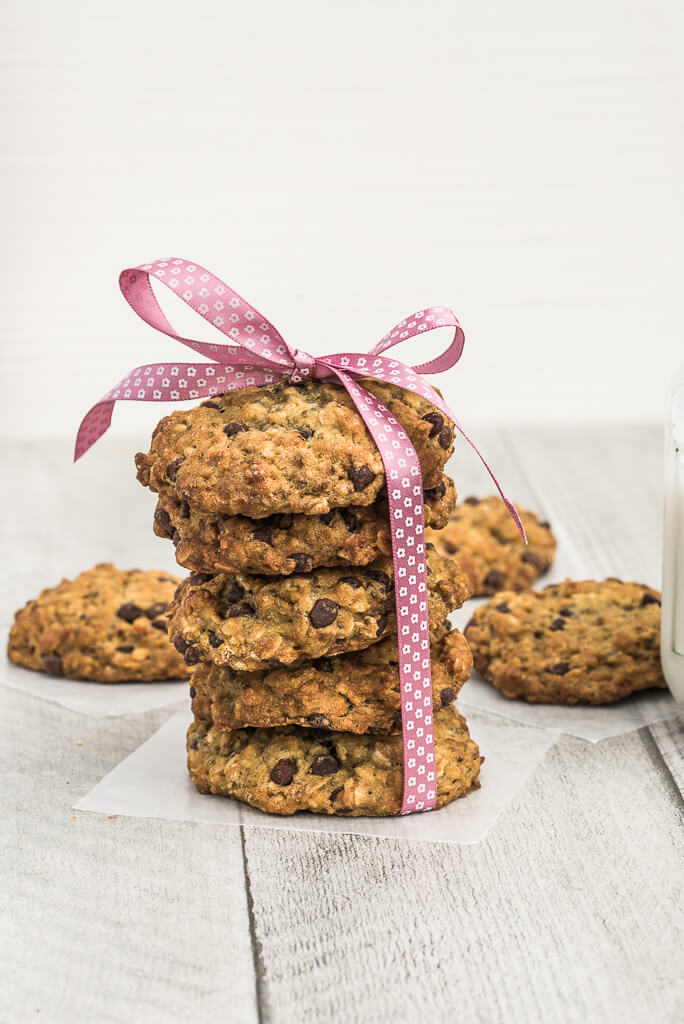 Vegan Chocolate Chip Oatmeal Cookies Recipe /// VeganFamilyRecipes.com /// #dessert #Oats