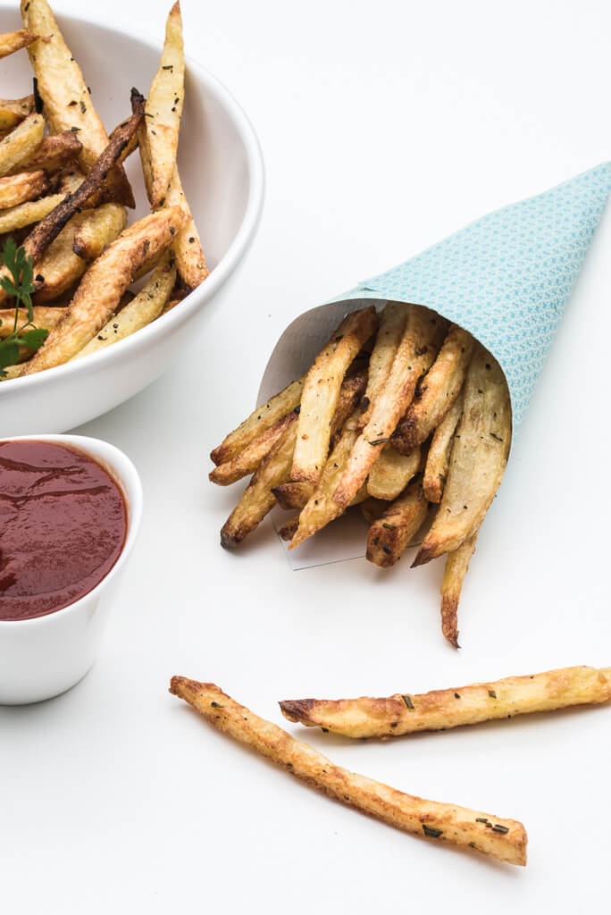 Oven Baked Rosemary Garlic Fries Recipe /// VeganFamilyRecipes.com #crispy #healthy