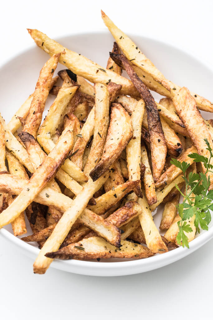 Rosemary Garlic Fries Recipe /// VeganFamilyRecipes.com #crispy #healthy