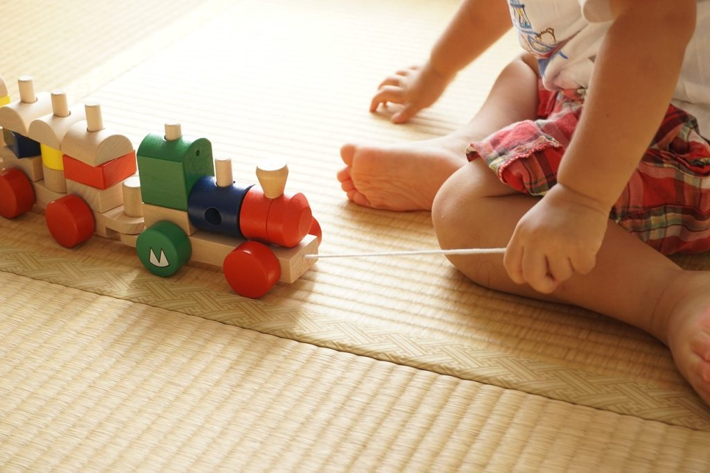 Eco Friendly Toys for Toddlers list plus tips on choosing non-toxic toys and why we should be choosing environmentally safe and friendly toys for our kids /// VeganFamilyRecipes.com #green #health